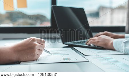 Business brainstorming, Marketers and accountants are analyzing business data using laptops at work,