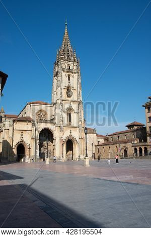 Beautiful View Of Gothic Cathedral At Oviedo, Asturias. Some Unrecognizable People At The Square In