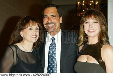 LOS ANGELES - AUG 19: Terre Thomas, Tony Thomas and Marlo Thomas arrives for the 2nd Annual 'Runway For Life' Celebrity Fashion Show on August 19, 2003 in Beverly Hills, CA