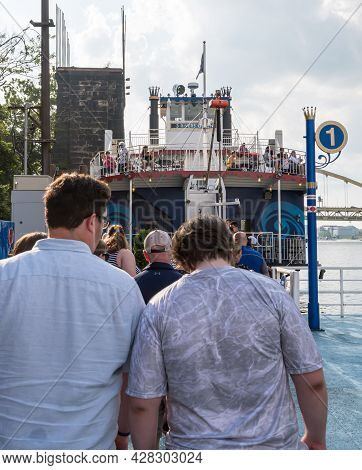 Pittsburgh, Pennsylvania, Usa July 25, 2021 People Boarding The 3 Rivers Queen, A Paddle Boat In The