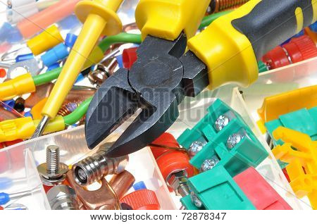 Electrical component kit in electrical installations