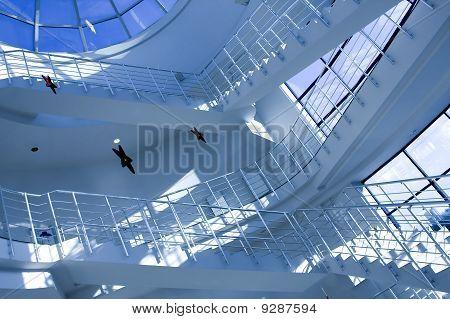 blauen Halle des Businesscenter mit Treppe