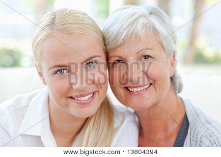 Piękne kobiety z matką w domu