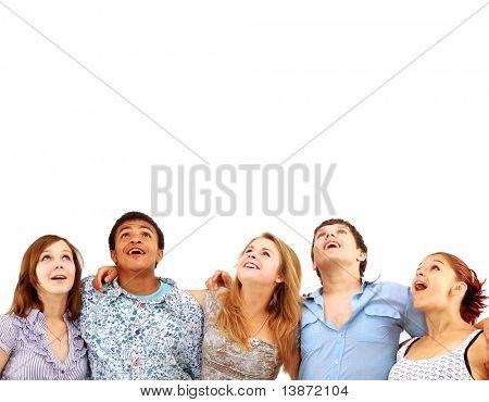 CLoseup Retrato de muchos hombres y mujeres sonriendo y mirando hacia arriba contra el fondo blanco