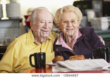 Altes Paar Morgen Tee zusammen mit