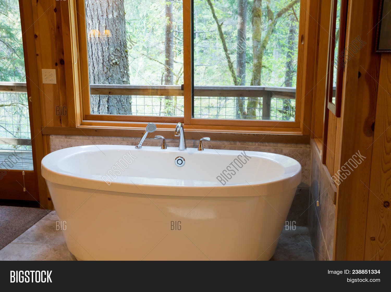 Soaking Bath Tub Cabin Image & Photo (Free Trial) | Bigstock