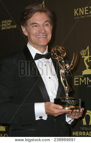LOS ANGELES - APR 29:  Dr Mehmet Oz at the 45th Daytime Emmy Awards at the Pasadena Civic Auditorium on April 29, 2018 in Pasadena, CA
