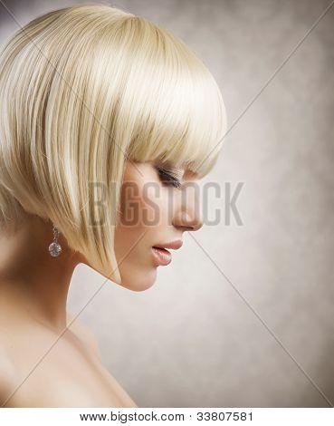 Haarschnitt. schönes Mädchen mit gesunden kurzen blonden Haare. Frisur