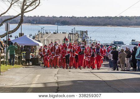 Mattapoisett, Massachusetts, Usa - December 7, 2019: Horde Of Santas Take On Harborside Uphill Start