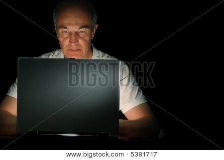 Hombre y su computadora portátil