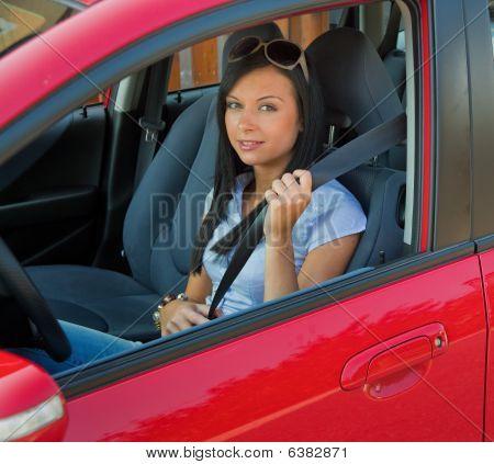 Mujer sentada en el coche