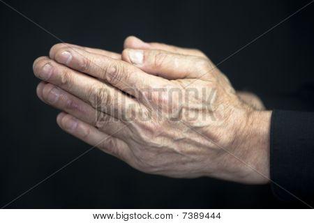 Старые руки молиться