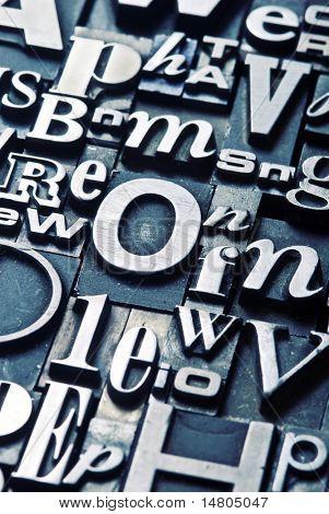 Eine zufällige Anordnung der Buchdruck Buchstaben, engen Fokus cross verarbeitet.