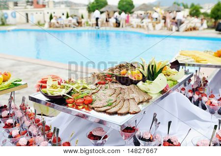Catering Buffet essen im freien im Luxusrestaurant mit bunten Obst und Fleisch