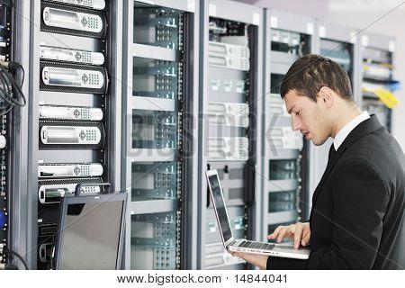 jóvenes hombre de negocios de Ingeniero con el ordenador portátil de aluminio fino moderno en la sala de servidores de red