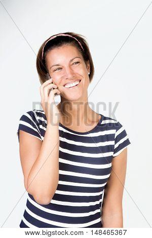 Bellissima ragazza con il sorriso parla al suo cellulare