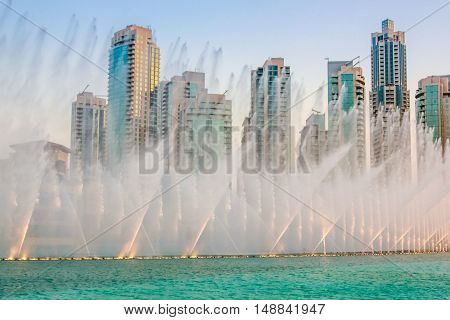The Dubai dancing fountain is the largest of its kind in the world: its water jets, can reach 150 meters high, moving to the rhythm of music and are lit by colored lights and lasers.