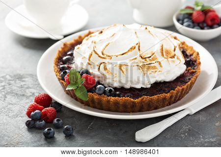 Berry tart with graham crackers and toasted meringue