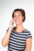 Ragazza bellissima con il sorriso  parla al cellulare poster