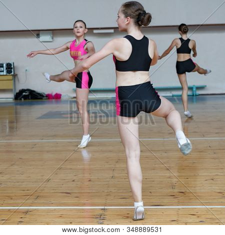 Cheerleader Dancer Doing Pirouette, Dancers Shows Off Their Moves - Pirouette, Sport Young Woman Rot