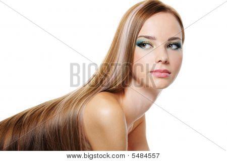 Mujer de belleza con pelo largo liso de exuberante