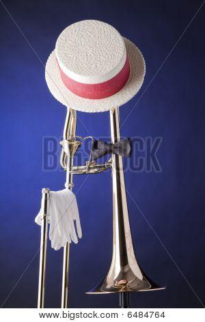 Pajarita sombrero trombón aislado en azul