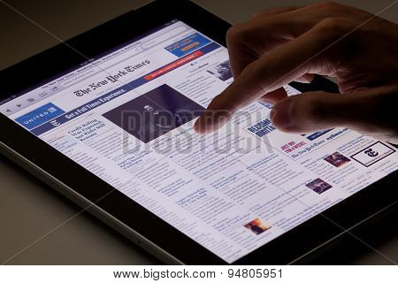 Reading online newspaper on ipad