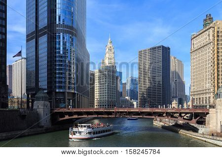 The Chicago River serves as the main link between the Great Lakes and the Mississippi Valley waterways.