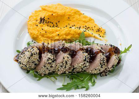 Tuna steak with sesame seeds and mashed sweet potatoes