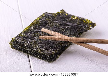 Nori sheets/Nori sheets with sticks on the wood dish