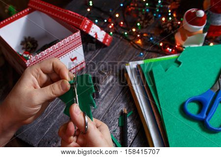 The girl turns green Christmas tree made of fabric!