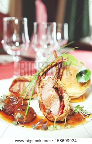 Rack of lamb with caramelized onions and homemade bun, toned