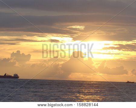 Caída del sol y vista desde las playas del mar