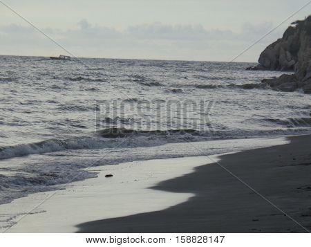Olas golpeando las playas y las rocas