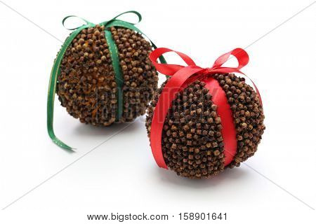 clove orange pomander balls, homemade christmas decoration