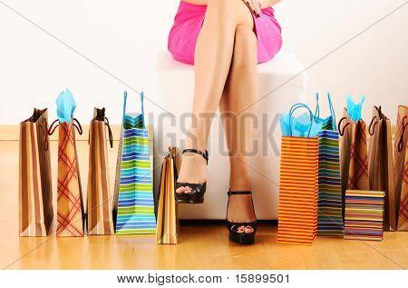 Las piernas de la mujer y bolsas