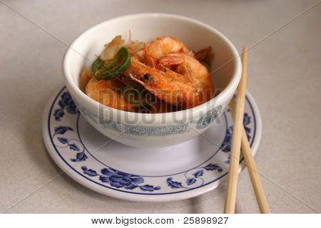 knusprigen ganzen Garnelen mit Koteletts Stöcken in einem chinesischen Restaurant
