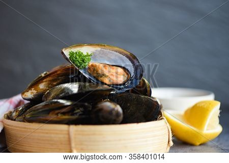 Fresh Seafood Shellfish In The Restaurant Mussel Shell Food On Bamboo Steamer / Mussels With Herbs L