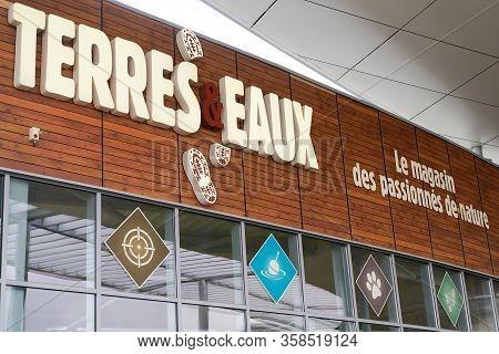 Bordeaux , Aquitaine / France - 02 21 2020 : Terres Et Eaux Logo Sign Store Chain Ecologist Traveler