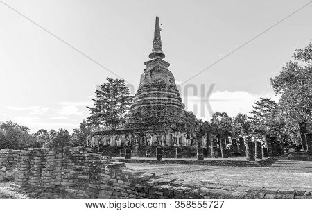 September 7, 2019: Chedi Wat Chang Lom At Sukhothai, Thailand Is A Bell-shaped Chedi Of Ceylonese In