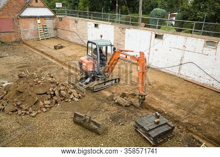 Buckingham, Uk - September 19, 2016. Digger Machine Working On A Domestic Building Site In Buckingha