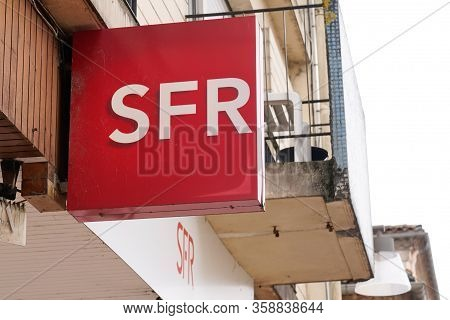 Bordeaux , Aquitaine / France - 02 20 2020 : Sfr Store Logo Sign French Phone Operator Shop