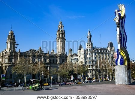 Spain, Barcelona, December, 2017 - Cityscape View On Gothic Architecture And Head Sculpture Of Roy L