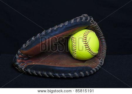 Fastpitch Mitt With Yellow Ball