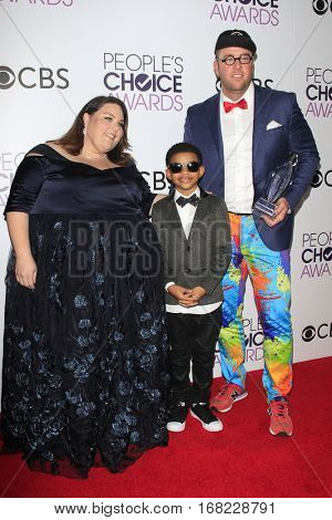 LOS ANGELES - JAN 18:  Chris Sullivan, Lonnie Chavis, Chrissy Metz at the People's Choice Awards 2017 at Microsoft Theater on January 18, 2017 in Los Angeles, CA
