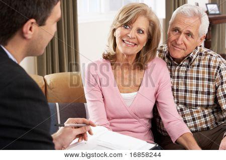 Altes Paar Gespräch mit Finanzberater