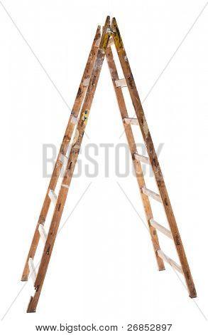 Una escalera de madera vieja aislado en blanco
