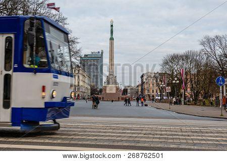 Riga, Latvia - November 14, 2018: Latvia 100 Years. Pedestrians And Traffic At The Freedom Monument