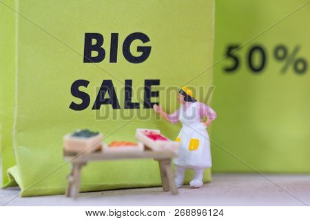 Miniature People : Small Retailers Create A Promotion To Compete Against Big Malls (promotion And Co