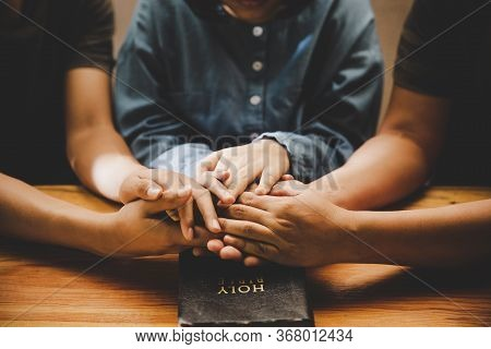 Family Pray Together Praying With Parent At Home, Online Group Worship, World Day Of Prayer, Interna